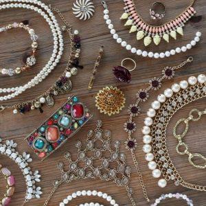 Do que são feitas as bijuterias? Entenda a composição das peças